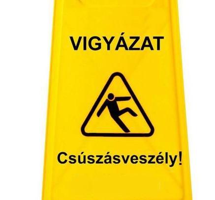 Csúszásveszélyt jelző kétoldalon magyar nyelven feliratozott műanyag tábla